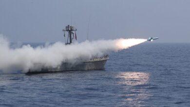 صورة اطلاق انواع متعددة من صواريخ كروز في مناورات اقتدار – 99 البحرية الإيرانية