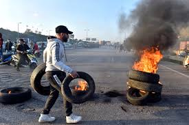 صورة محتجون يغلقون الطرق في بيروت ومدن أخرى للتنديد بتدهور المعيشة وانهيار الليرة