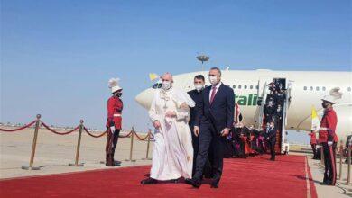 صورة #البابا_فرانسيس يترجّل من طائرته في أول زيارة تاريخية للعراق